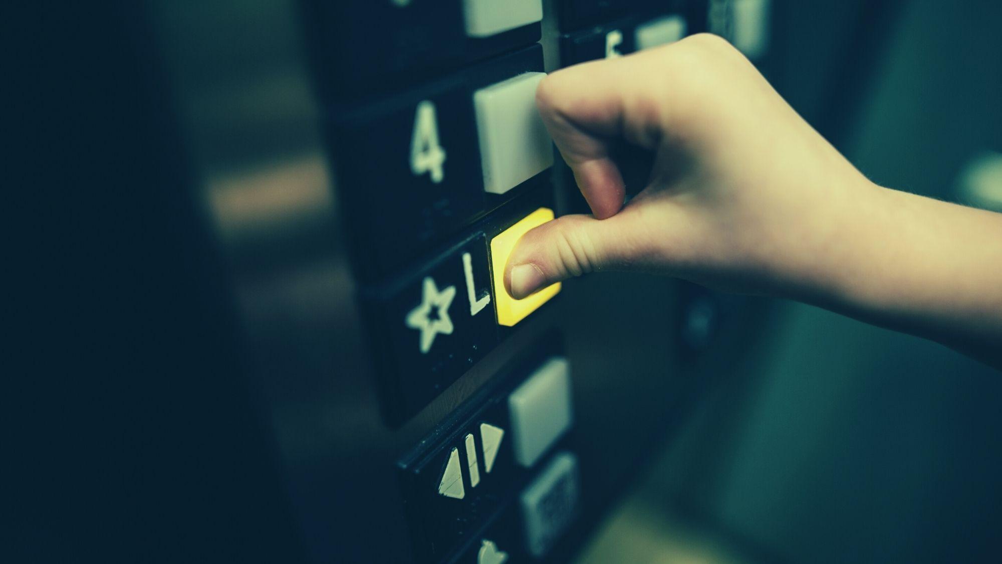 לחיצה על כפתור במעלית