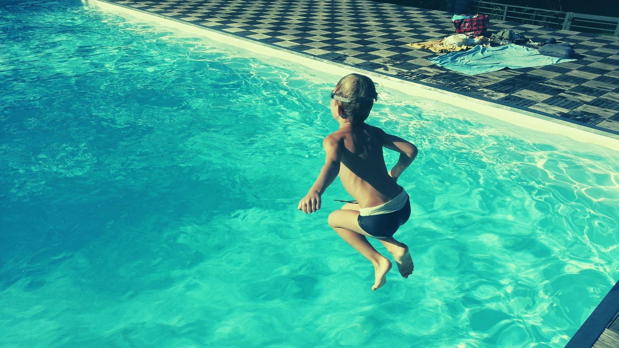 ילד קופץ לבריכה – ביטוח בריכת שחייה בבית משותף