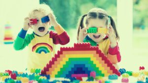 ילדים משחקים בלגו – קייטנה בבית משותף